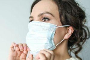 Acne provocada pelo uso de máscara contra Covid-19 turbina venda de produto de pele